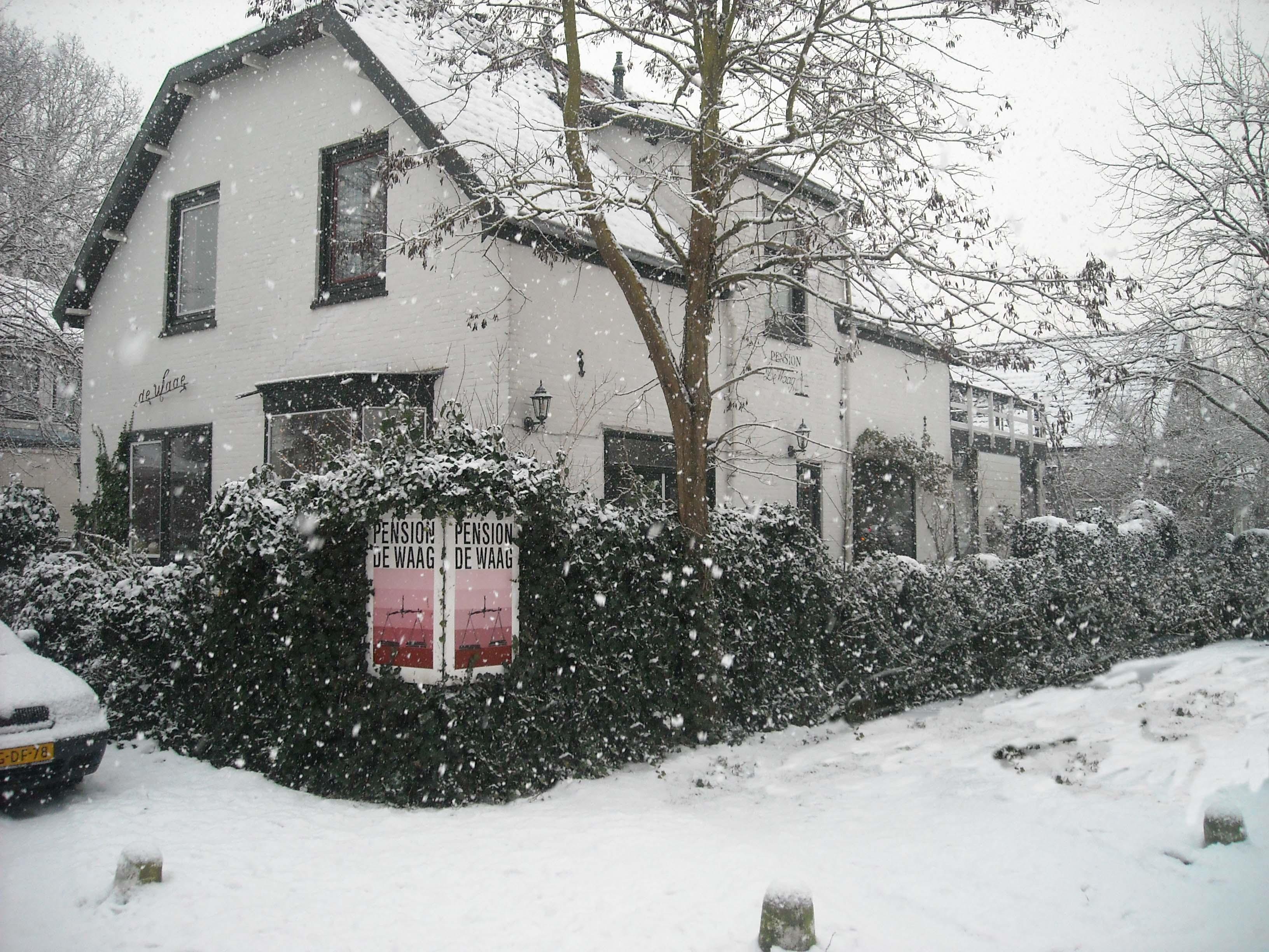 waag in de sneeuw